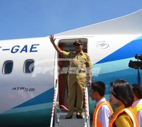 BUPATI JEMBER TURUN DARI PESAWAT ATR 72-600